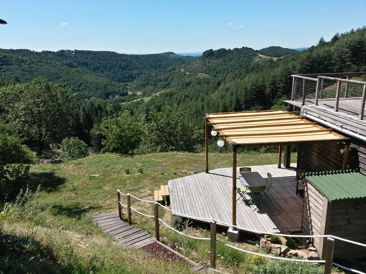 gite la maison en bois en Ardèche, la terrasse côté Est