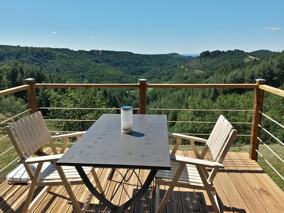 gite la maison en bois en Ardèche, la petite terrasse plein sud